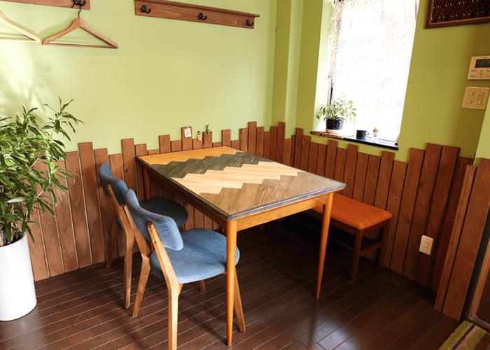 喫茶登川に置かれたヘリンボーンテーブル