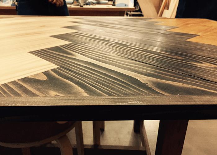 ツヤのあるテーブルの表面