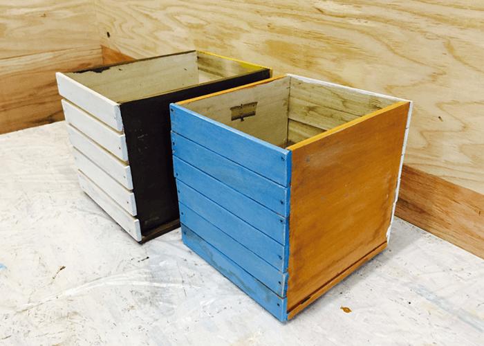 塗り終わった木の箱